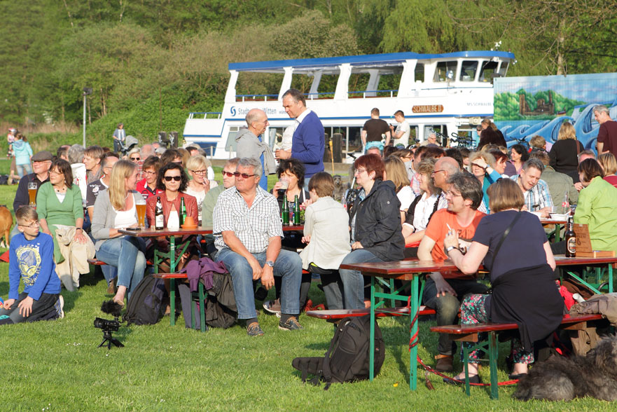 17 folk am fluss 2014